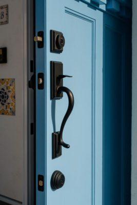 クラシカルなデザインの玄関ドアハンドルを標準採用