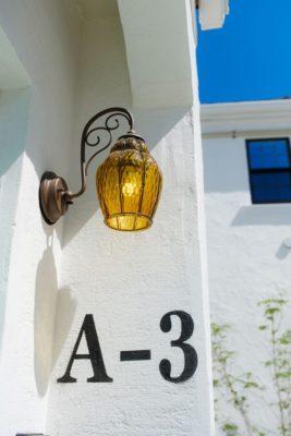 セピア色の玄関灯の画像