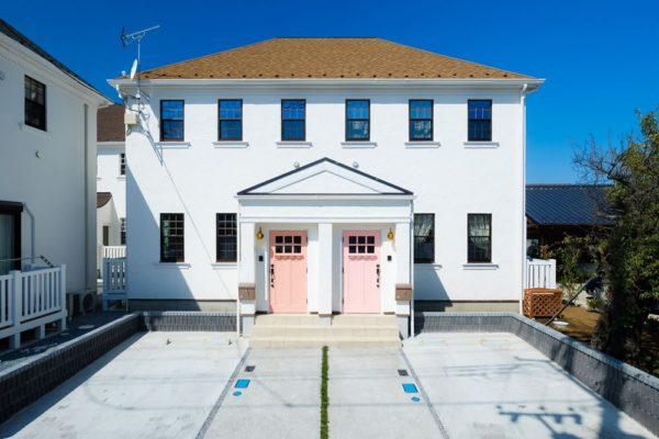 ピンク色の玄関ドアの画像