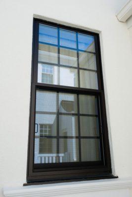 格子型の窓の画像