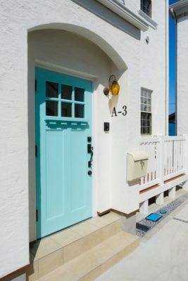 水色の玄関扉の画像