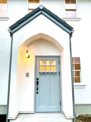 ブルーグレーの玄関ドア