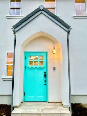 ビビットな水色の玄関ドア
