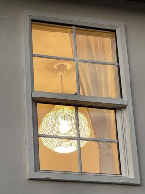 外から見た2階の窓の写真