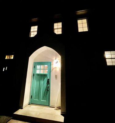夜間の玄関の写真