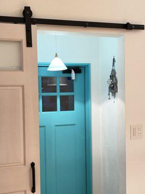 室内から見た玄関ドアの写真